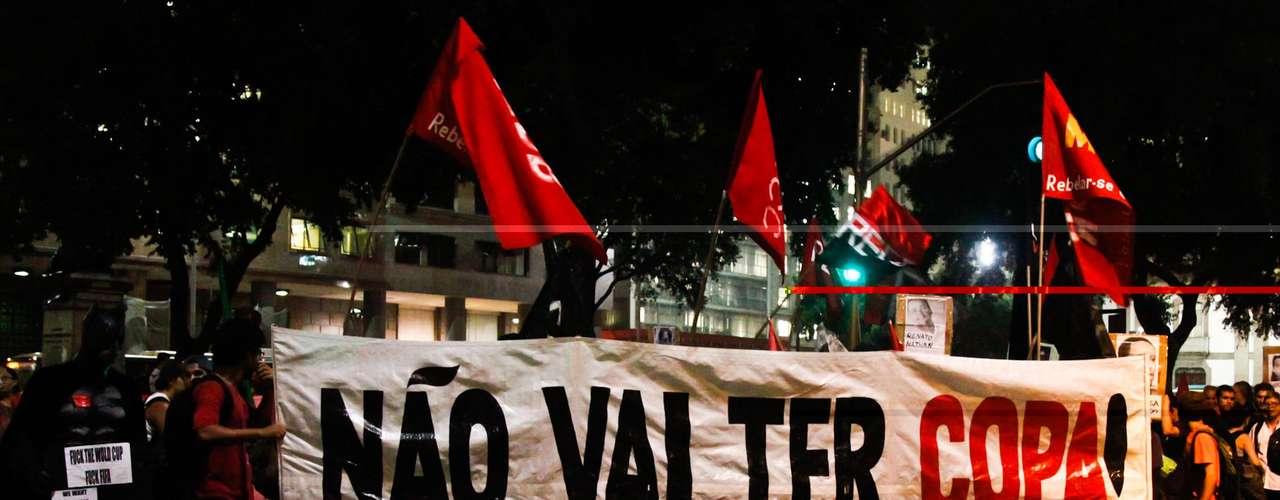 12 de março - Protesto é contra a realização da Copa do Mundo no Brasil