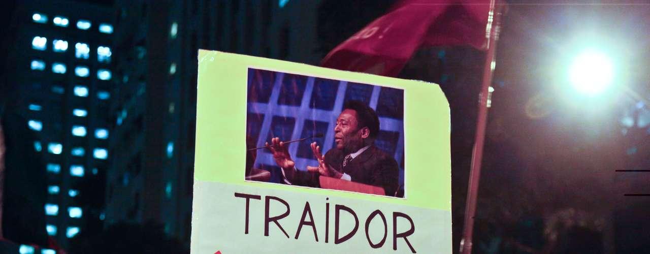 12 de março - O ex-jogador de futebol Pelé, que fez declarações contrárias às manifestações no País, também foi lembrado