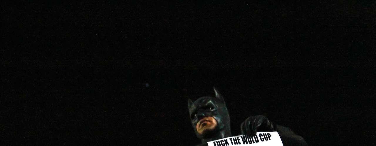 12 de março - Os manifestantes foram até a Lapa, onde um homem vestido de Batman subiu nos arcos para protestar