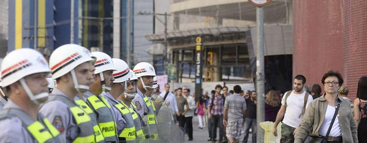 13 de março -O protesto contra a Copa do Mundo marcado para esta quinta-feira em São Paulo já concentra 2,3 mil policiais militares no centro da capital paulista