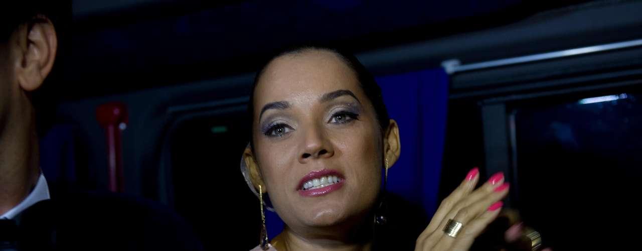 Atriz Mônica Carvalho chega ao casamento do cantor Latino com Rayanne Morais