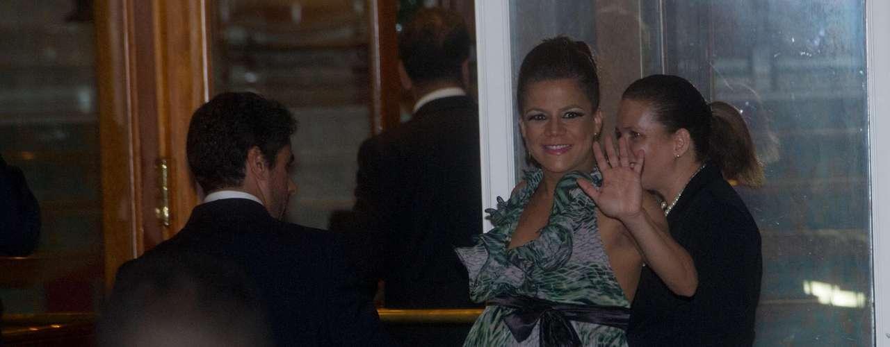 Grávida, Nivea Stelman chegou perto das 21h ao hotel e acenou para os fãs