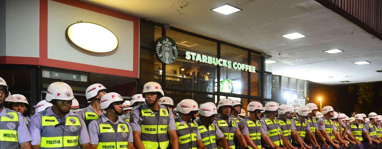 13 de março - PMs fazem cerco para tentar proteger lojas que ficam no local