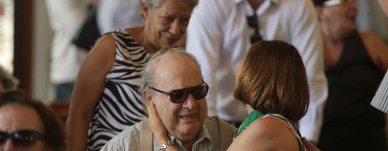 Amigos e Familiares se emocionaram no velório de Paulo Goulart no Theatro Municipal, em São Paulo, que continuou nesta sexta-feira (14). Na foto Beth Goulart e Antônio Abujamra