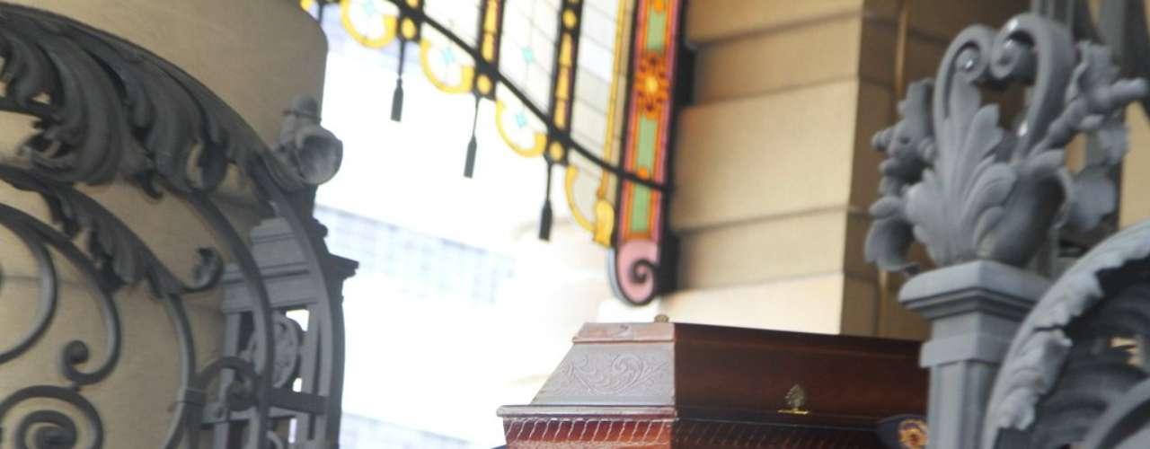 O velório de Paulo Goulart  no Theatro Municipal, em São Paulo, foi encerrado por volta das 13h30 desta sexta-feira (14). O corpo do ator, que morreu aos 81 anos foi levado para o Cemitério da Consolação, onde será sepultado