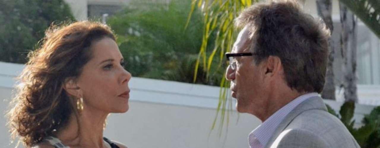 Ricardo recebe uma intimação para entregar seu carro a Branca e quase atropela a ex-mulher