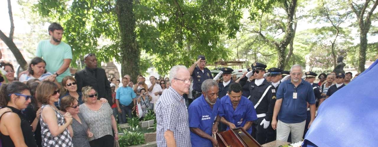 O corpo de Paulo Goulart foi enterrado nesta sexta-feira (14) no Cemitério da Consolação, em São Paulo. O velório aconteceu no Theatro Municipal e reuniu diversos amigos, familiares e fãs do ator, que morreu aos 81 anos ontem e lutava contra um câncer
