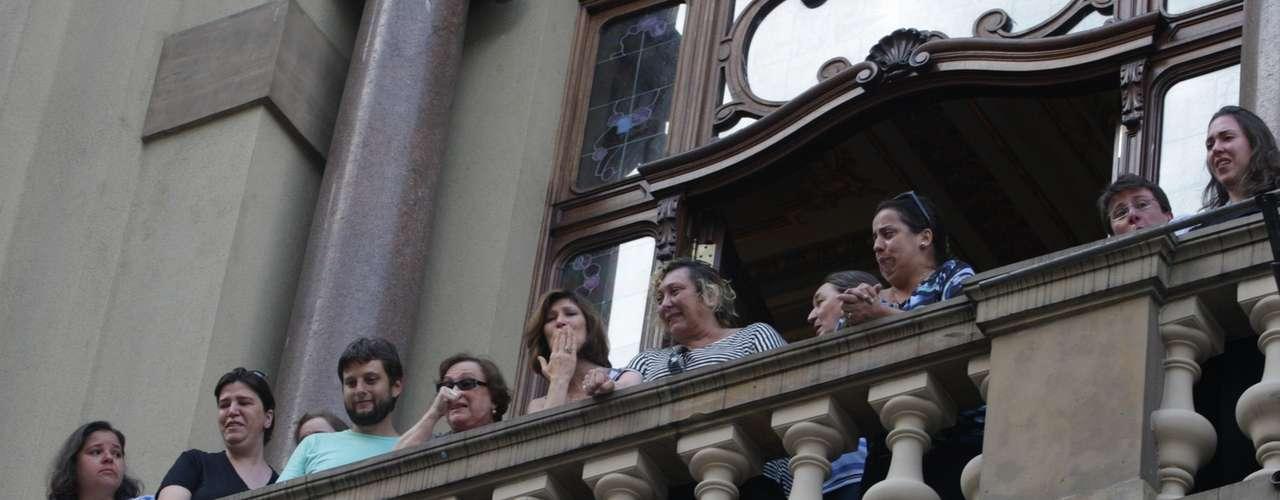 Os familiares de Paulo Goulart se emocionaram e acenaram para o público no velório do ator, no Theatro Municipal, em São Paulo, que continuou nesta sexta-feira (14)
