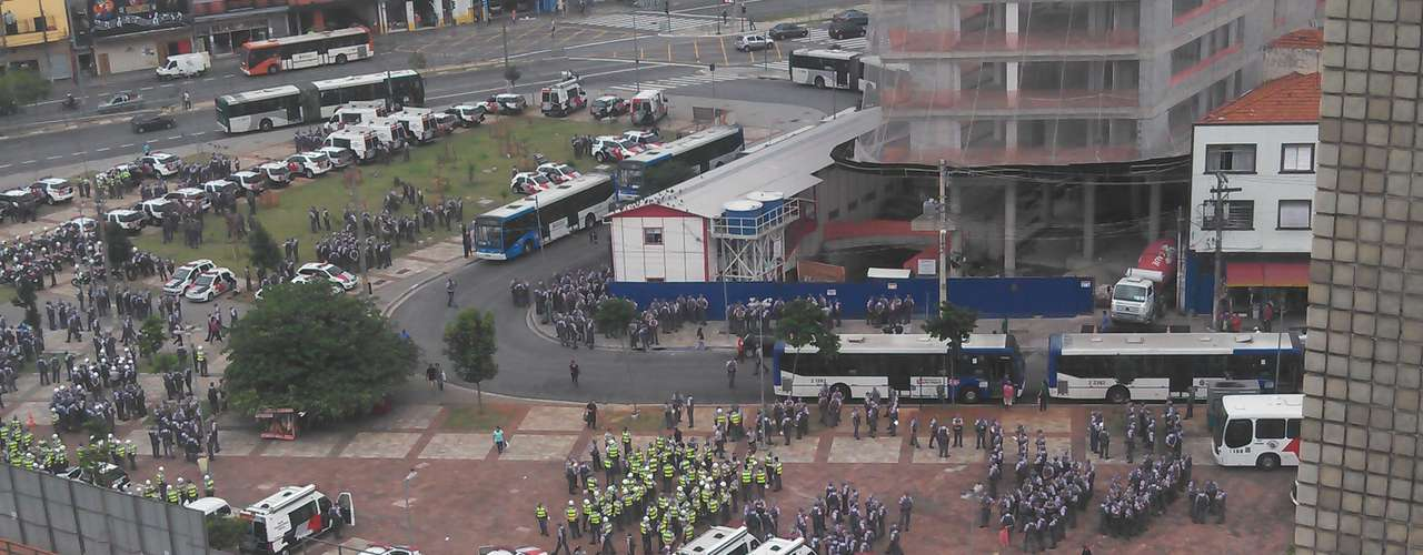13 de março -Horas antes da manifestação, a Polícia Militar já ocupava o Largo da Batata, na zona oeste da cidade
