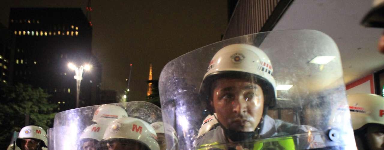 13 de março -Policiais se protegem atrás de escudo durante manifestação na capital paulista