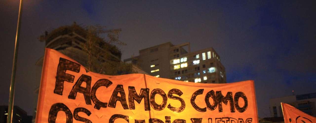 13 de março -Alunos da USP se inspiram na greve dos garis do Rio de Janeiro para protestar contra a Copa do Mundo no Brasil