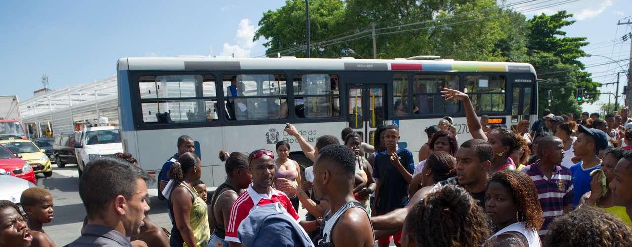 Moradores de Madureira, zona norte do Rio de Janeiro, protestaram nesta segunda-feira contra a morte de Cláudia da Silva Ferreira
