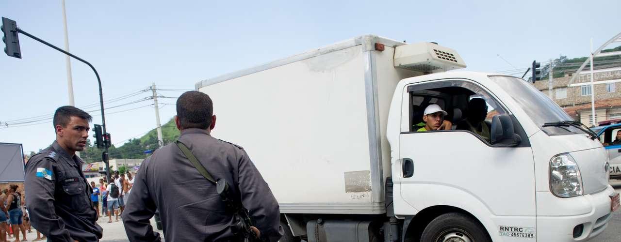 Moradores bloquearam a avenida Ministro Edgar Romero e a rua Leopoldino Oliveira, gerando transtorno ao trânsito local