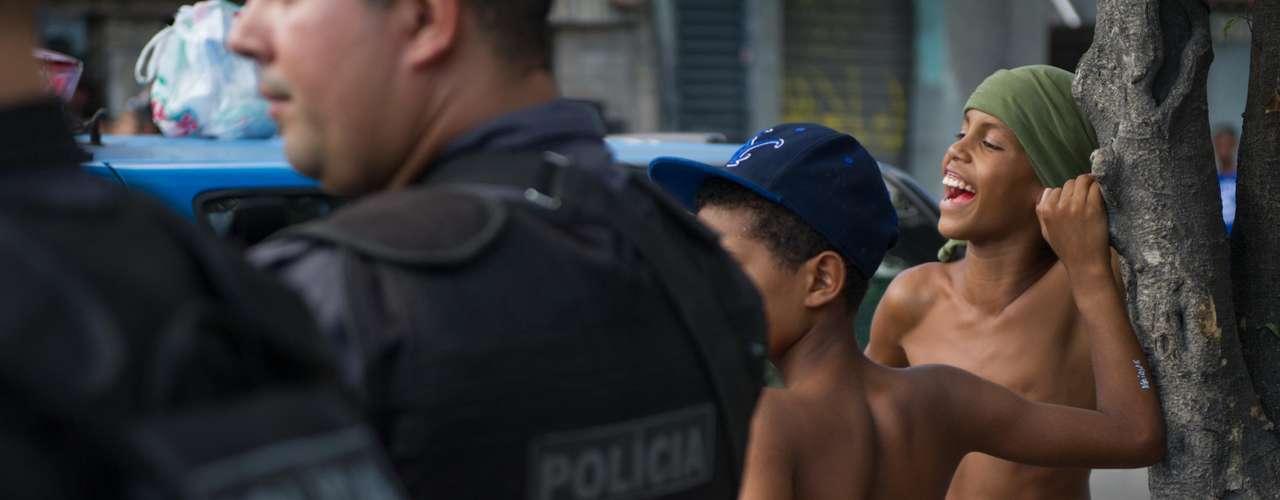 Policiais estavam com armas em punho durante a manifestação dos moradores