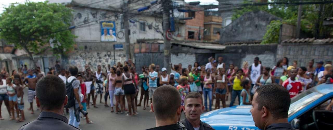 Viaturas da PM também foram usadas para cercar os moradores durante o protesto