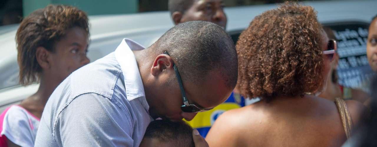 Familiares e amigos choram a morte de Cláudia da Silva Ferreira, 38 anos; segunda-feira de tristeza e revolta na Zona Norte do Rio de Janeiro