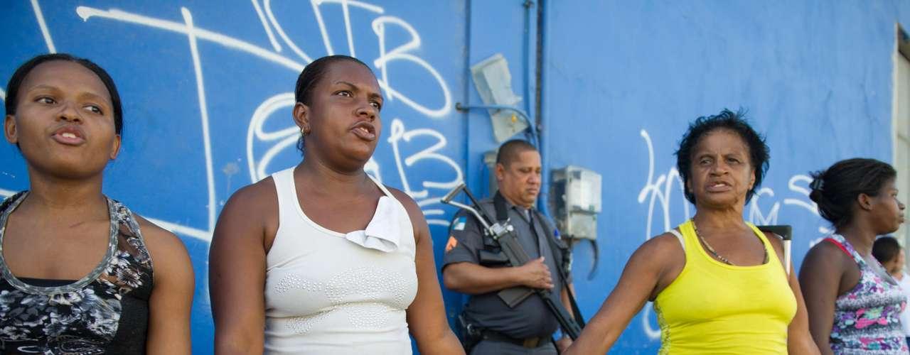 Mulheres formam cordão em frente a policiais em Madureira: morte de Cláudia da Silva Ferreira, 38 anos, gerou revolta na comunidade
