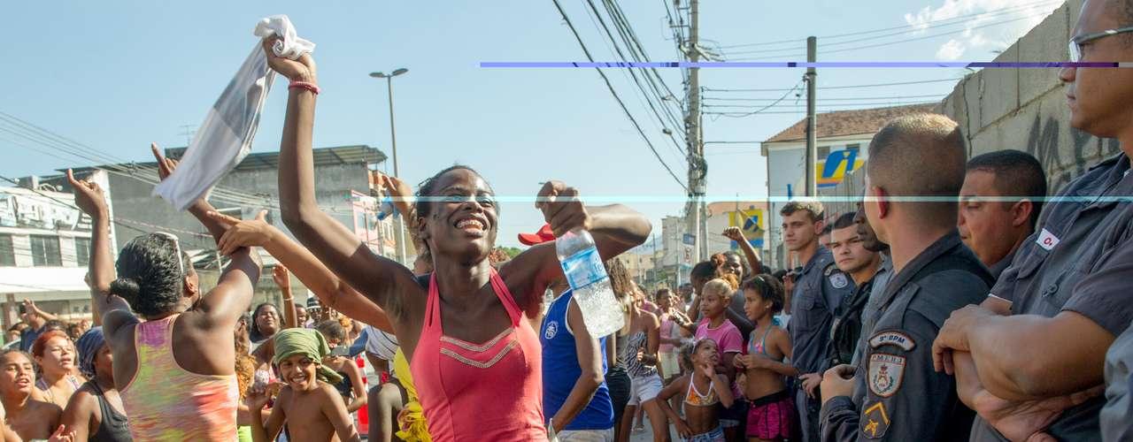 Cerca de 50 moradores fecharam vias em protesto contra a morte de  Cláudia da Silva Ferreira, baleada durante uma operação policial na manhã de domingo (16) na comunidade de Congonha