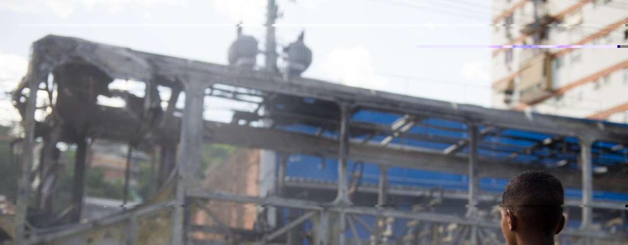 Ao menos dois ônibus foram incendiados em protesto contra a morte da moradora, vítima de troca de tiros entre policiais e criminosos