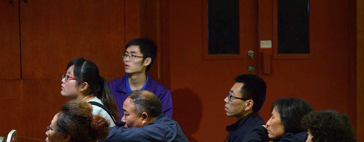 Parentes de passageiros esperam por novas informações em hotel de Pequim nesta terça-feira. Há ameaças de greve de fome para expressar sua raiva a desapontamento com o modo como a situação tem sido conduzida pelas autoridades