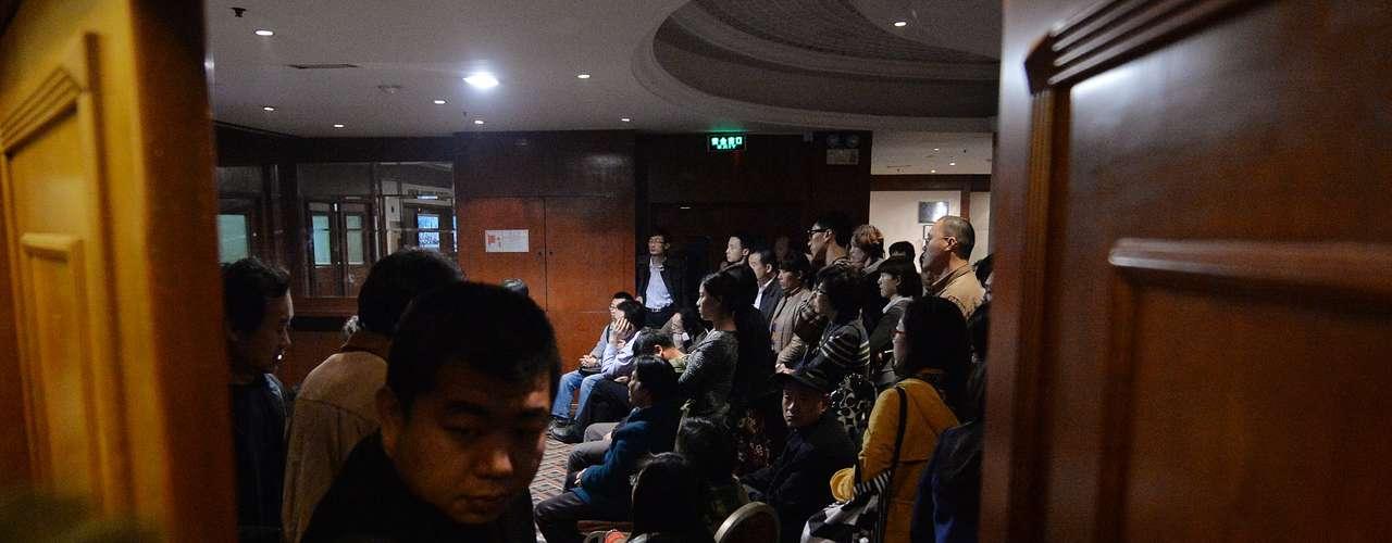 18 de março - Parentes ameaçaram,onze dias após o sumiço de avião, a fazer greve de fome como forma de expressar raiva a desapontamento com o modo como a situação tem sido conduzida pelas autoridades