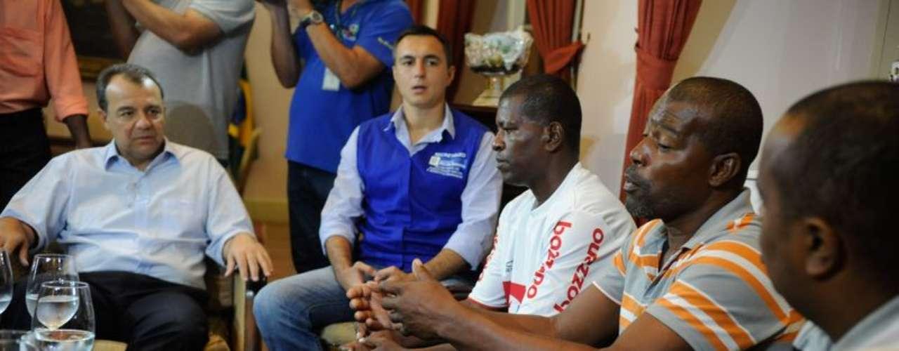 O governador do Rio, Sérgio Cabral, recebe à família da auxiliar de serviços gerais Cláudia da Silva Ferreira, baleada durante operação policial no Morro da Congonha