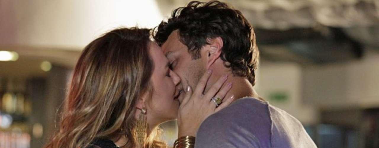 Shirley vai conseguir levar Laerte para uma boate em Goiânia e rouba um beijo do flautista