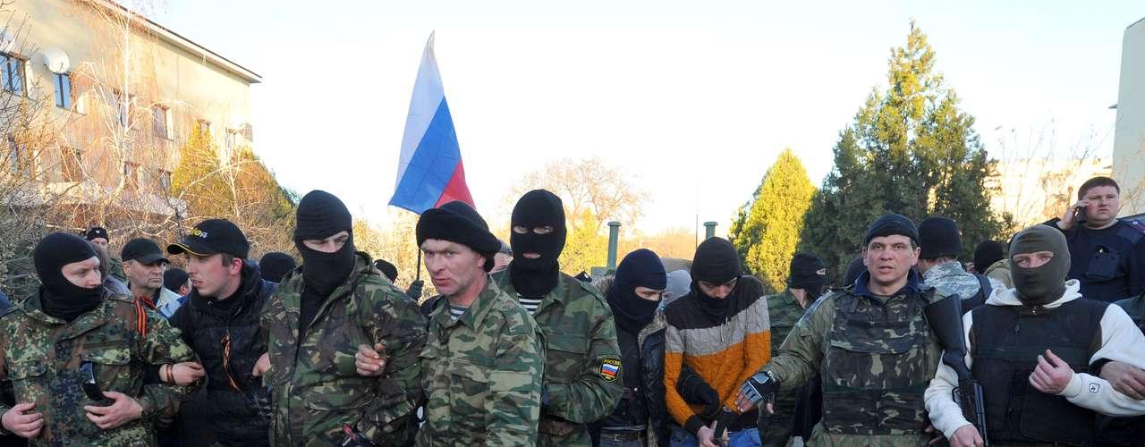 22 de março - Sebastopol: militantes pró-Moscou isolam área de base militar ucraniana em Belbek neste sábado