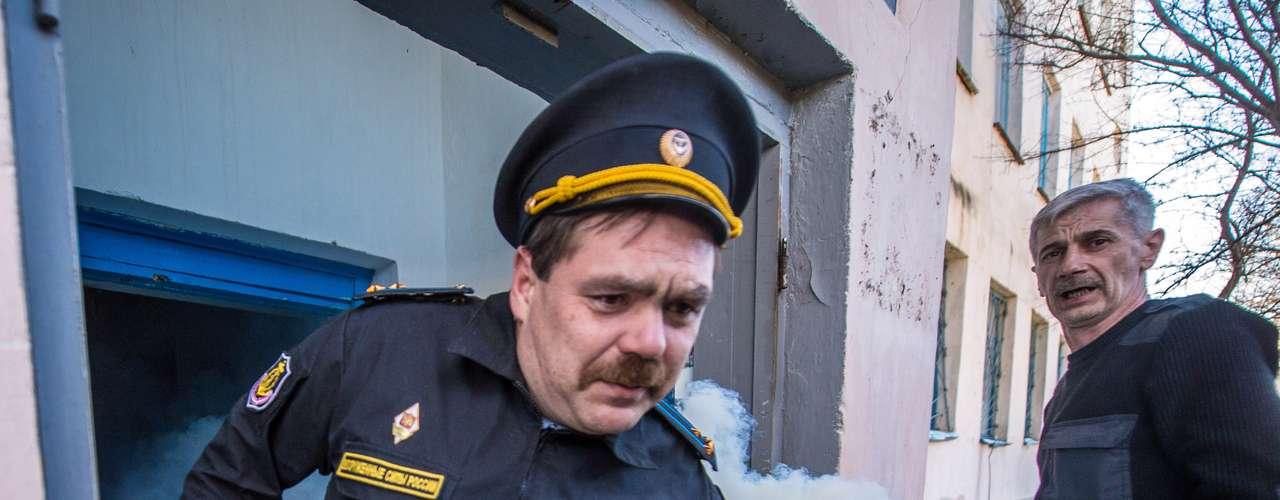 22 de março -Militante pro-Moscou joga bomba na direção de ucranianos neste sábado, na base de Novofedorivka, onde mais de 200 homens russos invadiram e expulsaram ucranianos neste sábado