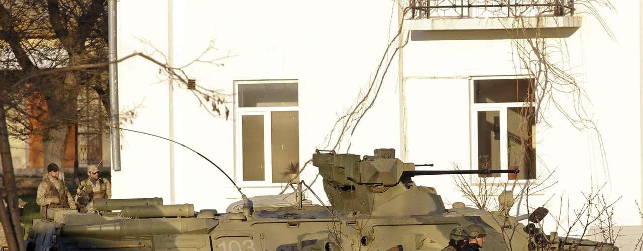 22 de março - Homens armados, provavelmente russos, guardam base militar na cidade de Belbek, Crimeia, neste sábado