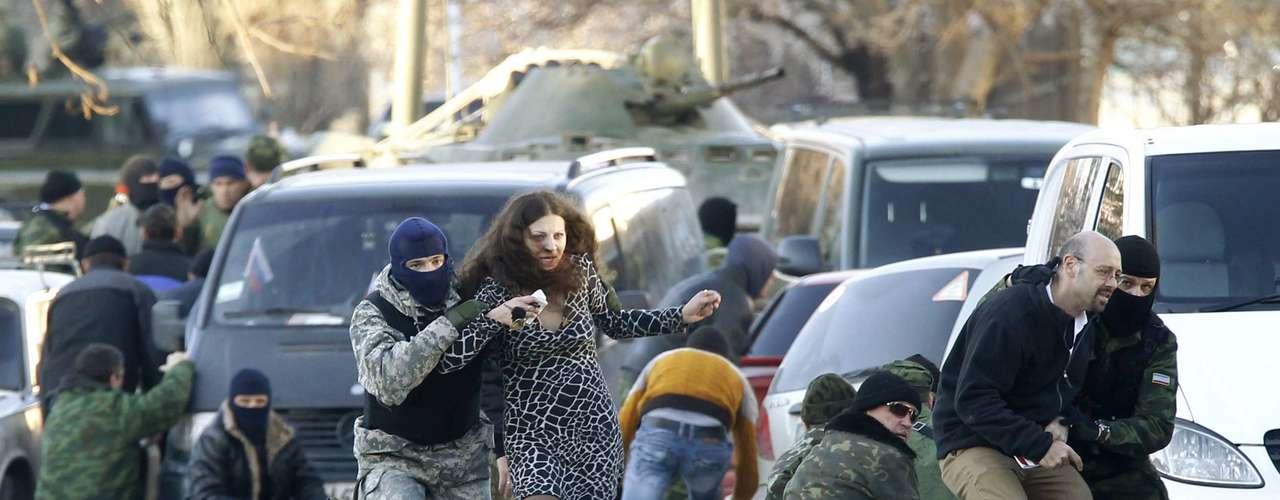 22 de março -Homens armados, provavelmente russos, guardam base militar na cidade de Belbek, Crimeia, neste sábado