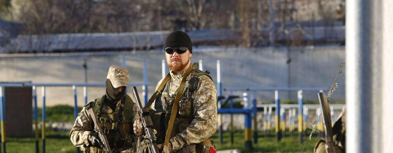 22 de março - Civis são retirados de área da Ucrânia onde houve uma invasão de soldados pró-Moscou neste sábado