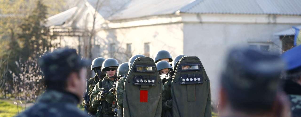 22 de março - Homens armados da Ucrânia e da Rússia são vistos numa em base área militar na cidade de Belbek, próximo à Sebastopol