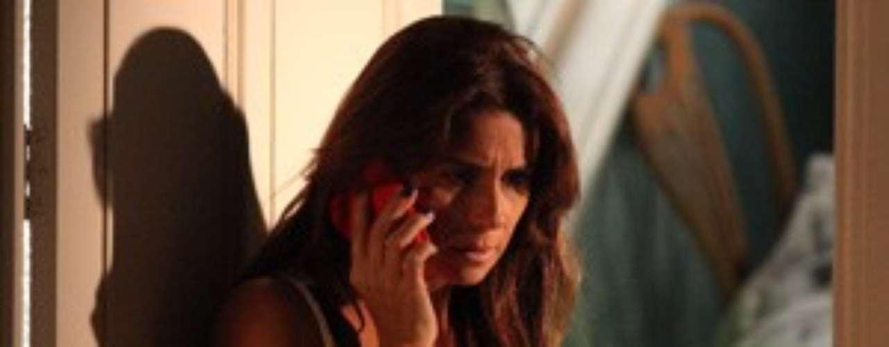 Preocupada ao saber que Marina caiu da escada, Clara larga Cadu e casa e visita Marina no meio da noite