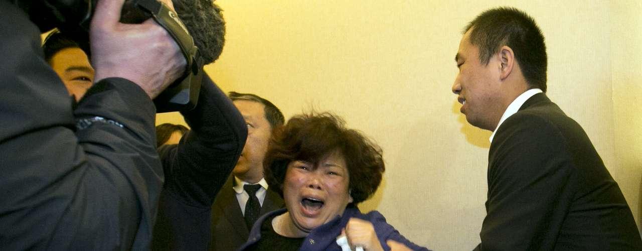 Muitos parentes passaram mal após a confirmação da morte dos 239 passageiros a borda do boeing 777 da Malaysia Airlines.