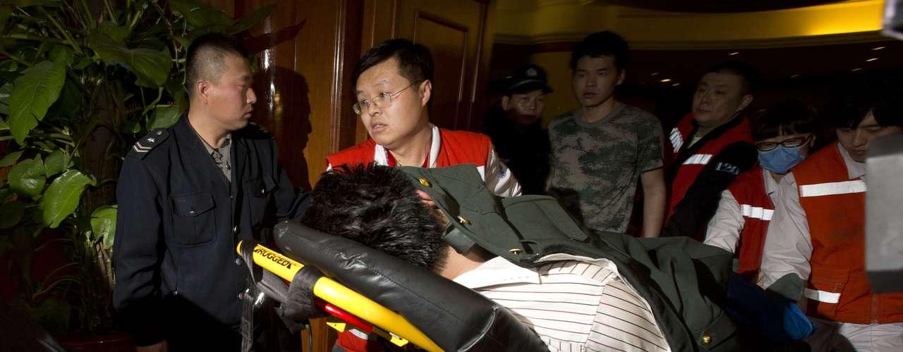 Na foto, um dos parentes dos passageiros do avião, que teve se ser retirado do hotel e levado ao hospital em uma maca, após desmaiar com confirmação de que o avião teria caído ao sul do Oceano Índico