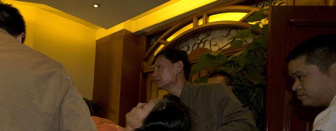 Parentes choraram e gritaram após anúncio de premiê da Malásia. Nesta segunda-feira, foi confirmada a informação de que o avião teria caído ao sul do Oceano Índico