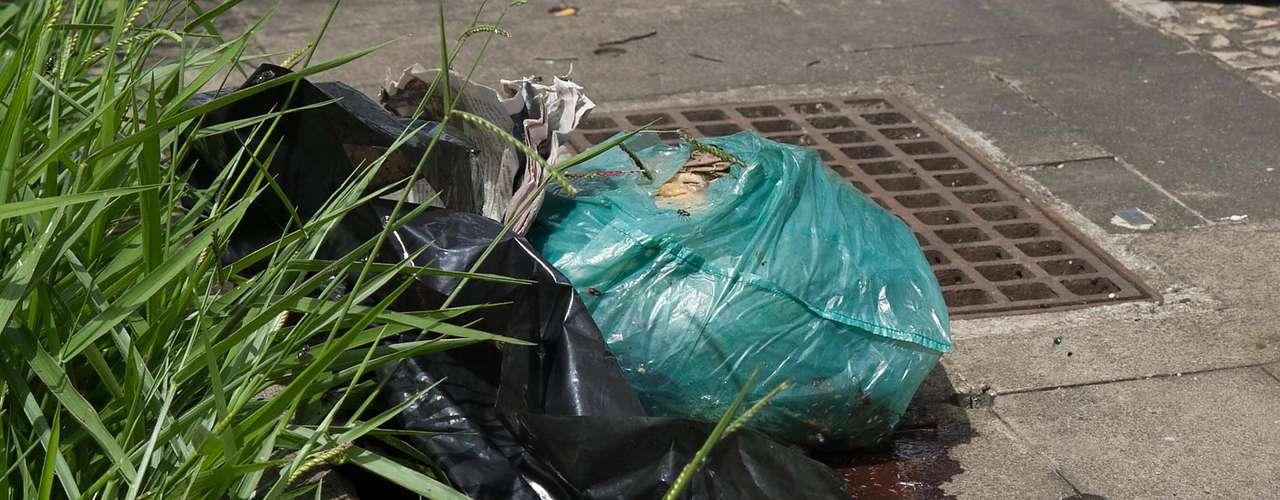 Detalhe do saco plástico onde foi encontrada a cabeça humana. Suspeita-se que ela pertença à vítima de esquartejamento encontrada em Higienópolis no domingo (23)