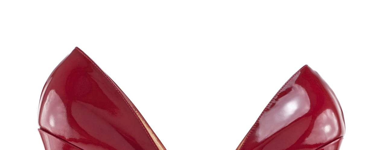 A principal causa da sesamoidite é o uso de calçados com salto alto. Mas também pode ser ocasionada por trauma local e atividades físicas (corrida, futebol, esporte de salto)e estar associada ao pé cavo, tipo de pé que possui um arco plantar (curva dos pés) elevado