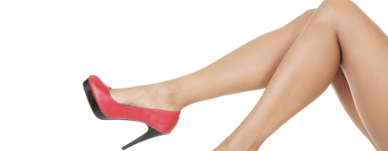 Pessoas de qualquer idade podem ter o problema, mas atinge principalmente mulheresque usam muito salto alto e sapatos desconfortáveis. Os saltos levam à sobrecarga no antepé devidoà distribuição equivocada e inadequadado peso do corpo sobre ele