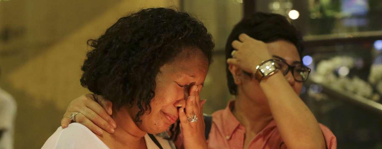 27 de março - Mulher chora durante cerimônia realizada aos mortos do voo MH370 da Malaysia Airlines em Kuala Kumpur nesta quinta-feira