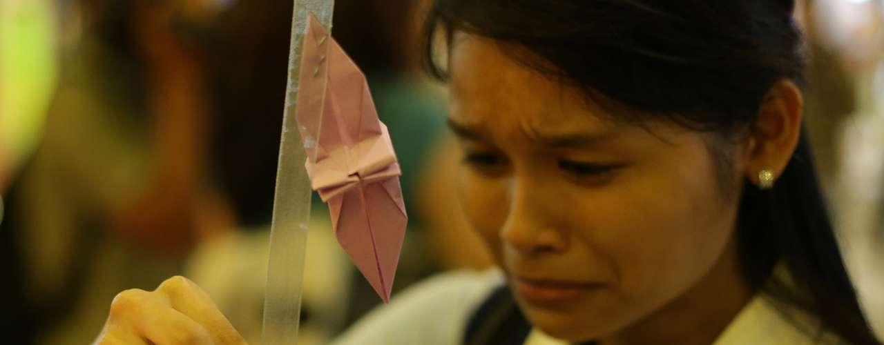 27 de março -Parentes e amigos choraram a morte dos 239 passageiros do voo do Malaysia Airlines alguns dias depois da confirmação do governo malaio sobre queda no Oceano Índico. Cerimônia foi realizada em Kuala Kumpur nesta quinta-feira
