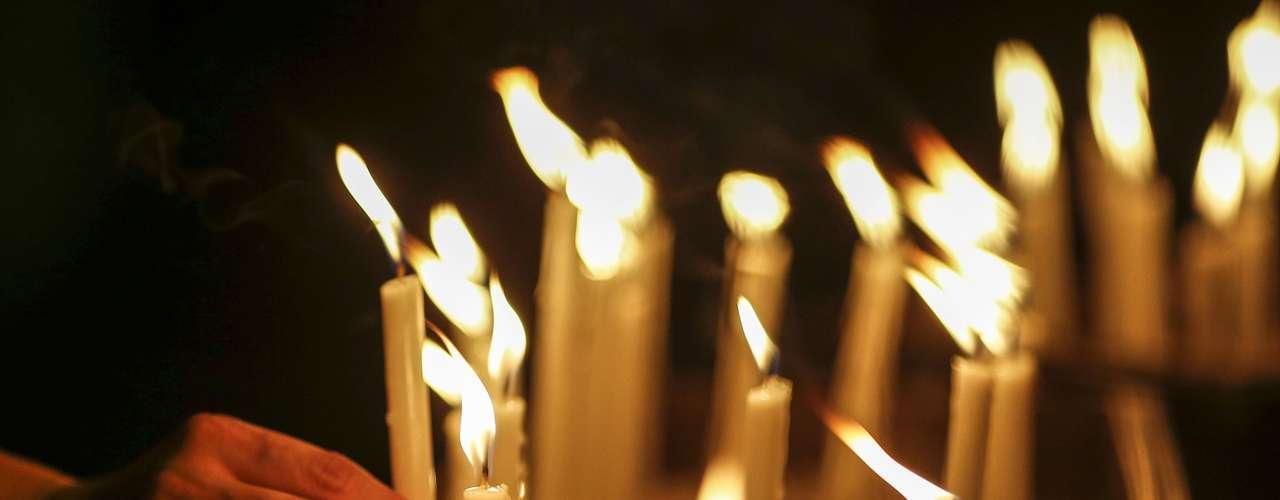 27 de março -Muitas velas foram acesas durante cerimônia em homenagem às vítimas do acidente com o avião malaio, que ficou mais de duas semanas desaparecido. Nesta quinta-feira, parentes, amigos e voluntários se reuníram para relembrar vítimas