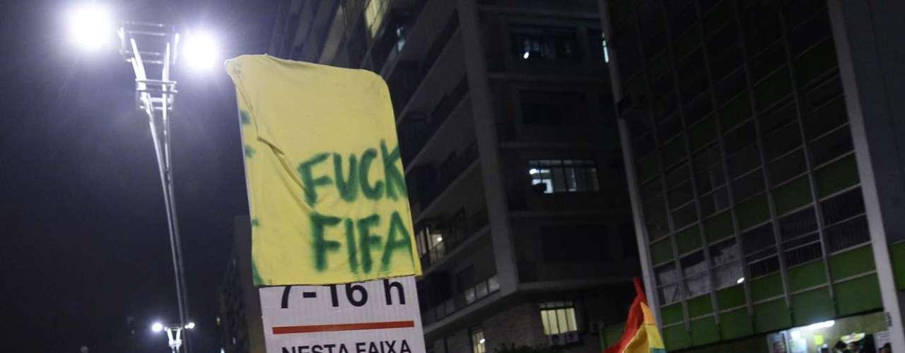 27 de março - Cerca de mil manifestantes protestam contra a realização da Copa do Mundo em São Paulo