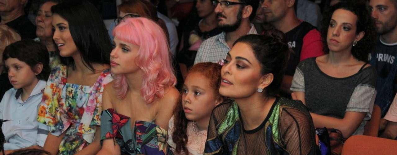 O elenco da nova novela das 18h da Rede Globo, Meu Pedacinho de Chão, se reuniu na noite de quinta-feira (28) para o lançamento do folhetim. Durante a festa eles se divertiram fazendo fotos e assistindo ao clipe com cenas da novela. Na foto, Bruna Linzmeyer e Juliana Paes