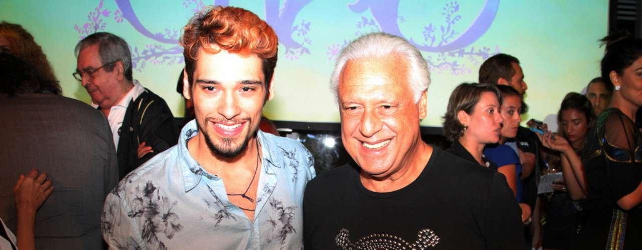 O elenco da nova novela das 18h da Rede Globo,Meu Pedacinho de Chão, se reuniu na noite de quinta-feira (28) para o lançamento do folhetim. Durante a festa eles se divertiram fazendo fotos e assistindo ao clipe com cenas da novela. Na foto, Bruno Fagundes e Antonio Fagundes