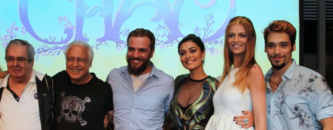 O elenco da nova novela das 18h da Rede Globo,Meu Pedacinho de Chão, se reuniu na noite de quinta-feira (28) para o lançamento do folhetim. Durante a festa eles se divertiram fazendo fotos e assistindo ao clipe com cenas da novela.
