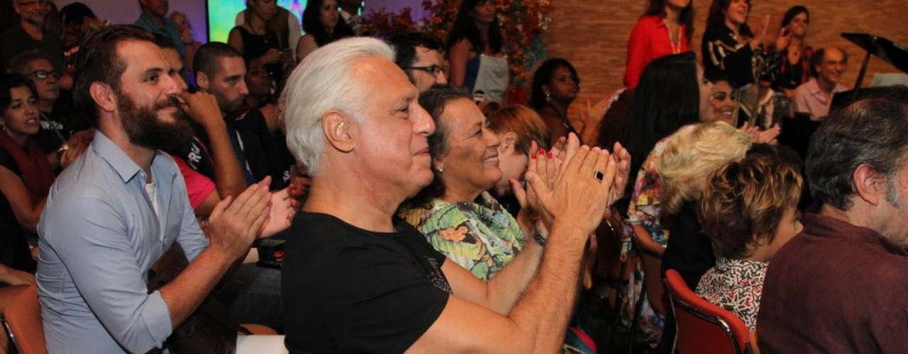 O elenco da nova novela das 18h da Rede Globo,Meu Pedacinho de Chão, se reuniu na noite de quinta-feira (28) para o lançamento do folhetim. Durante a festa eles se divertiram fazendo fotos e assistindo ao clipe com cenas da novela. Na foto, Antonio Fagundes