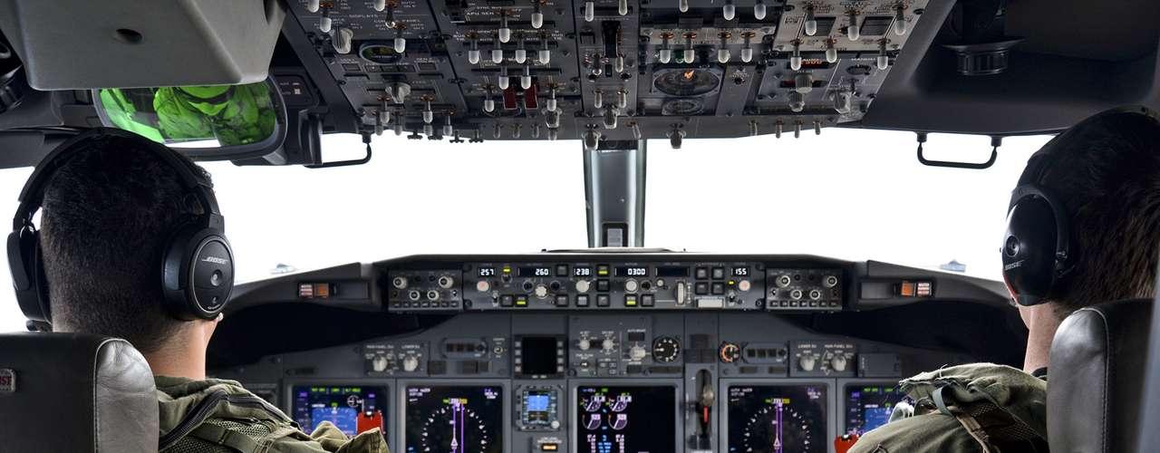 24 de março - aviadores navais durante uma missão para ajudar nas operações de busca do vôo MH370 da Malaysia Airlines.Ventos fortes e clima gelado interromperam as buscas aéreasem 27 de março