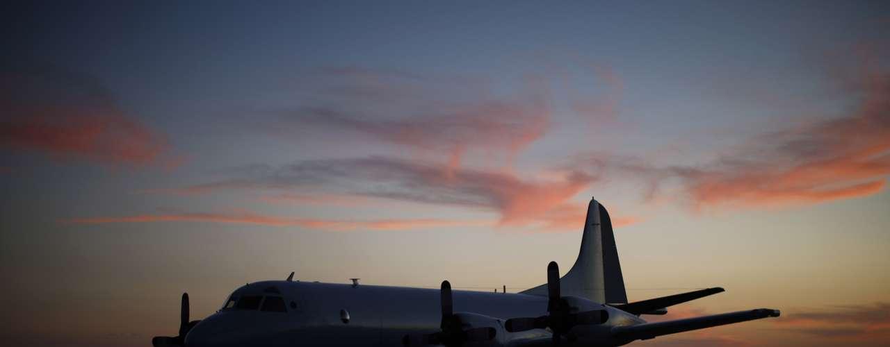 27 de março -aeronave da Força Aérea Australiana depois de voltar de um vôo de busca peloBoeing daMalaysia Airlines MH370, à base de Pearce, perto de Perth, Austrália